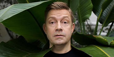 Fredag 22. november kan publikum se en helt ny side av komiker og skuespiller Bjarte Tjøstheim i Hamar kulturhus.